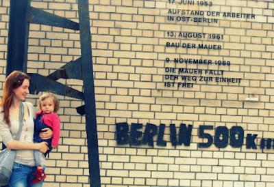 mein Baby und ich vor der Berliner Mauer ------------- in Hagen