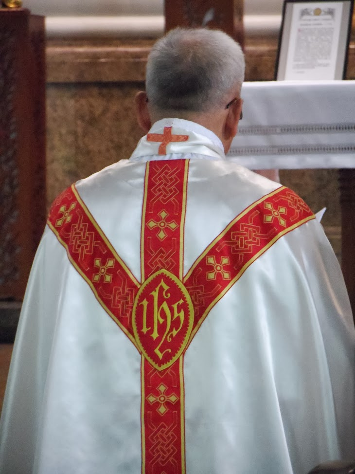 Red Gothic chasuble with IHS sign