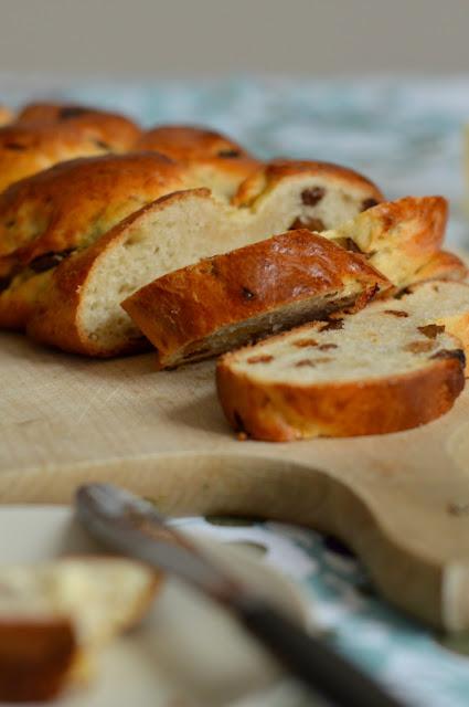 Rezept für Osterzopf mit Rosinen und Butter