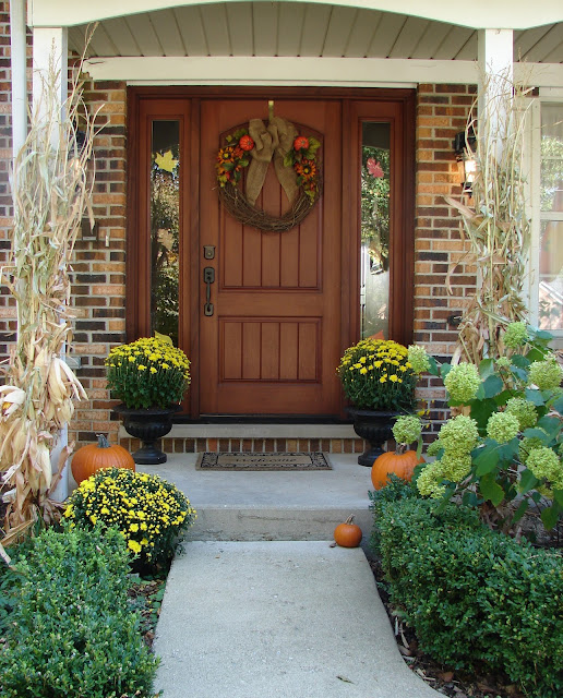 15 fabulous fall porches six sisters 39 stuff for Country front doors