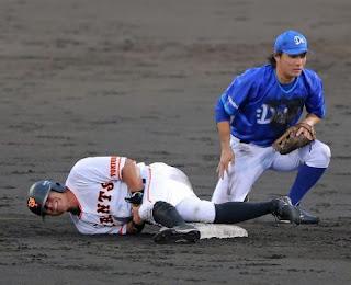 2回裏巨人無死一塁、一塁走者相川(左)は犠打野選の際に遊撃手倉本と接触して負傷退場する(撮影・松本俊)