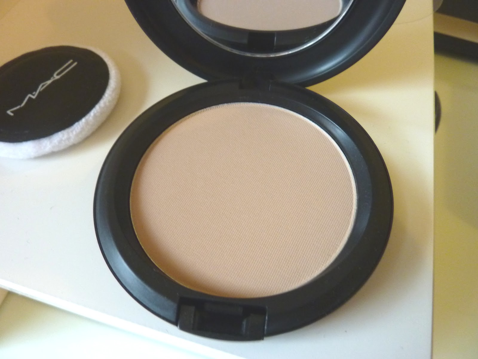 BEAUTY & LE CHIC: Beauty Saviour: MAC Blot Powder