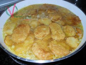 Cocer las patatas con la infusión del caldo.