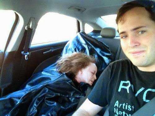 Homem rouba corpo de namorada do necrotério e posta selfie macabra.