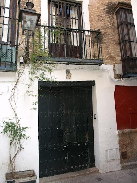 Sevilla daily photo la casa de las ventanas - La casa de los uniformes sevilla ...