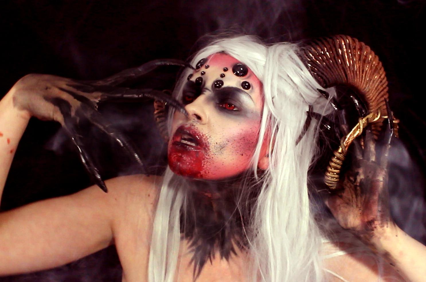 el maquillaje es muy sencillo de hacer lo ms laborioso son los accesorio y montar todas las intros de los vdeos - Maquillaje Demonio