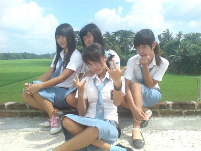 Siswi SMU Ngangkang Pamer CD.