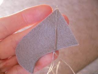 Ini untuk proses menjahit pola dan membentuk boneka flanel tikus-nya