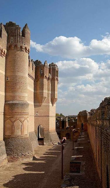 Castelo de Coca: a graça de Deus nos solicita a ver  acima do castelo um super-castelo ideal.
