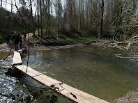 Imatge de la palanca de taulons que hi ha a la Riera de Merlès a prop de la desembocadura amb el Llobregat