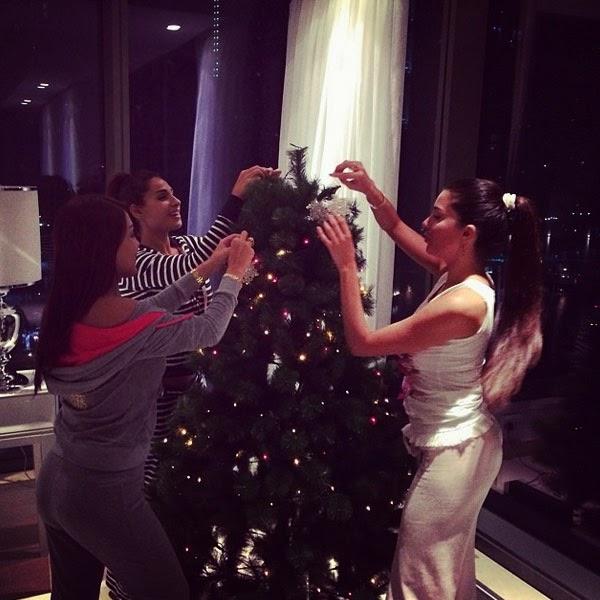 بالصور لاميتا فرنجية تزين شجرة الكريسماس بالبيجامة 2.jpg