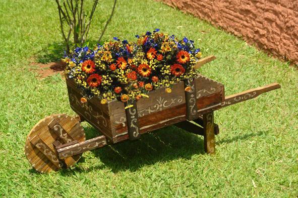 decoracao no jardim:De tudo um pouco: Carriolas no jardim