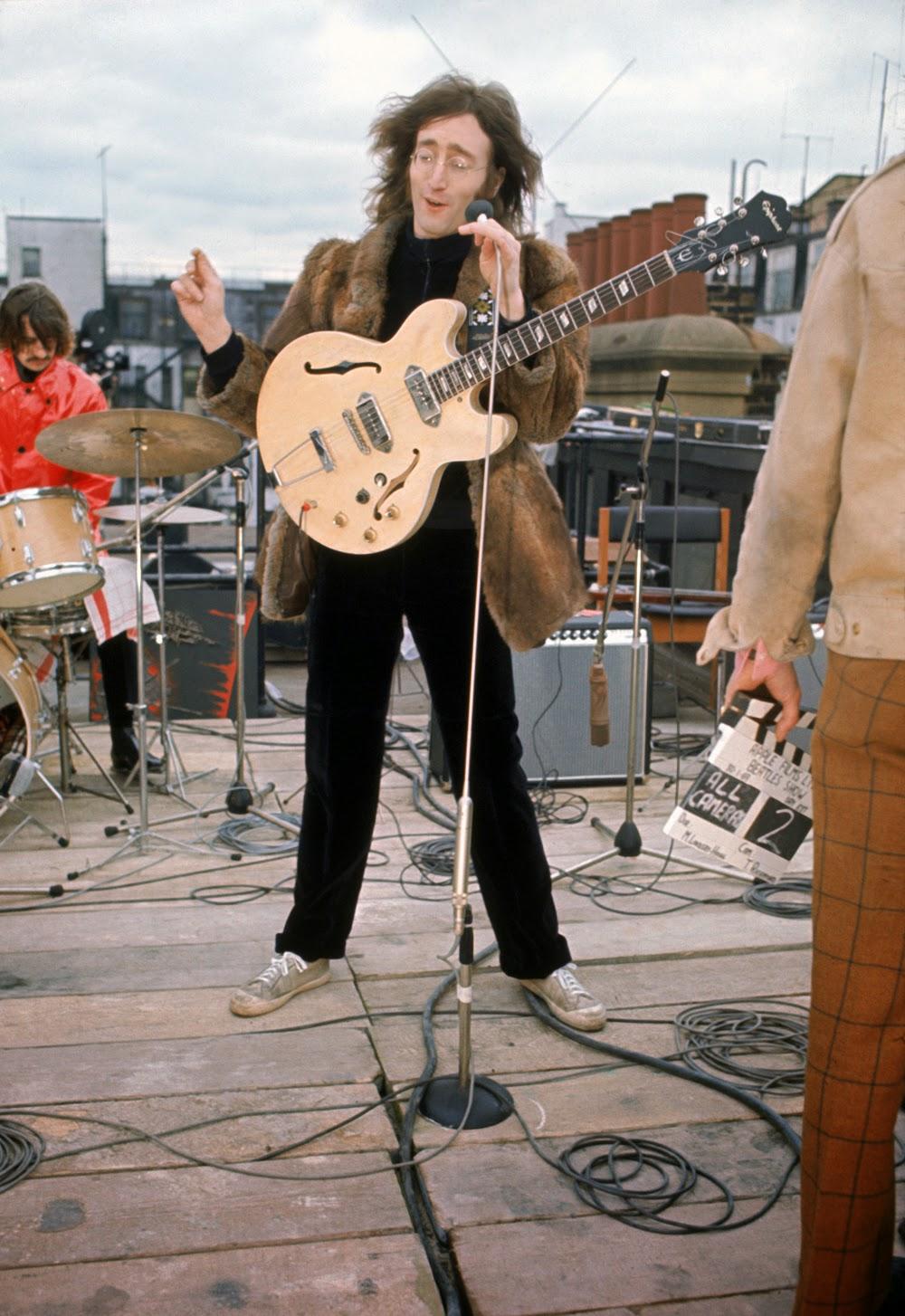 John és Ringo feleségeik kabátjában
