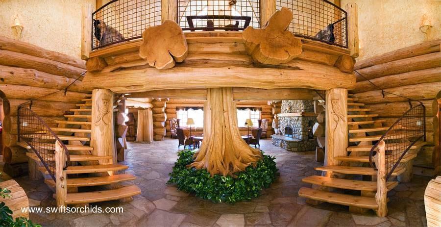 Interior de una gran casa cabaña de troncos de madera
