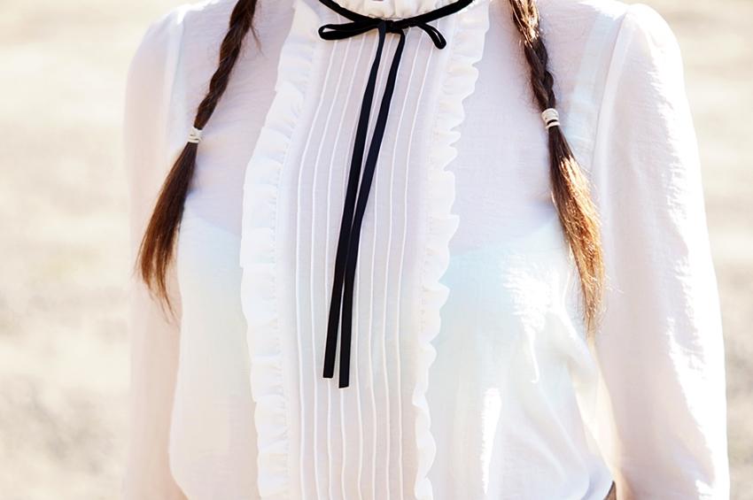 Biała bluzka z czarnymi dodatkami