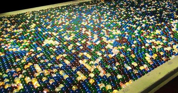 Esta hipnotizante maquina para hacer correr canicas funciona con más de 11000 canicas