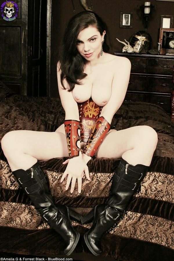 femme nue en corset steampunk et bottes en cuir