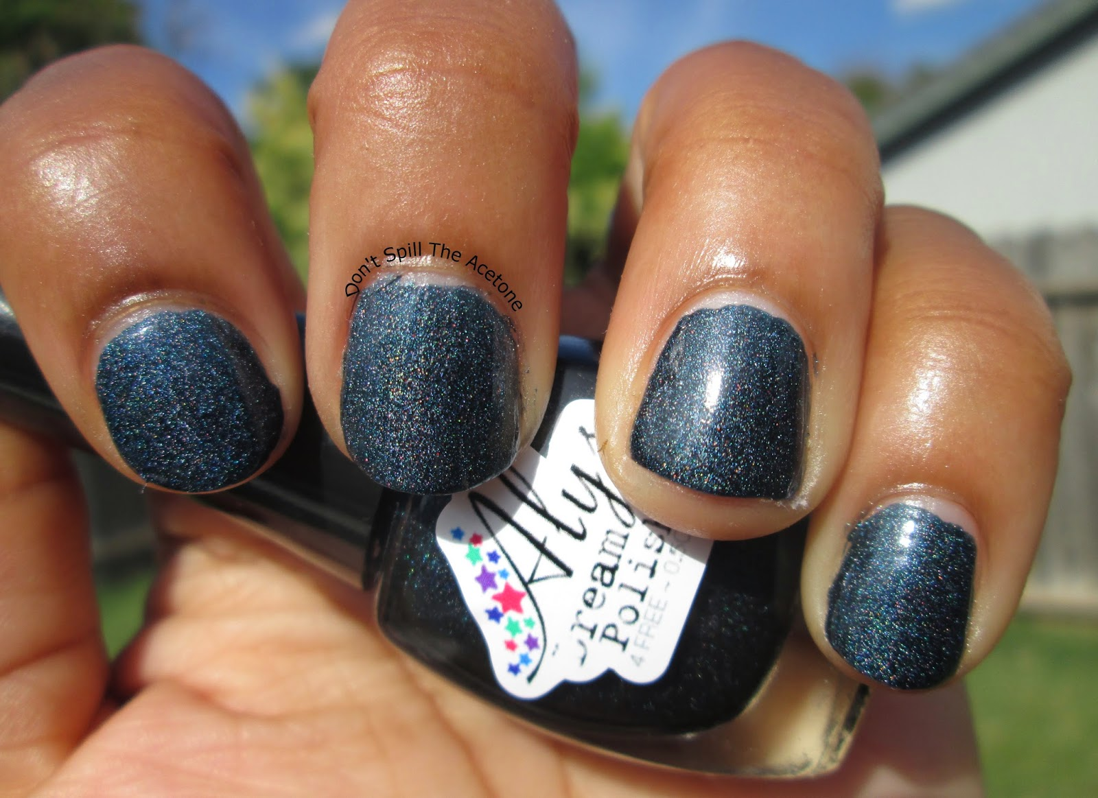 Alys-Dream-Polish-Dark-Midnight-Blue-outside