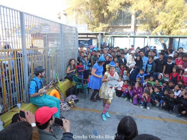 aktorzy wolontariusze w Lesbos, przedstawienie, widzowie dzieci i dorośli