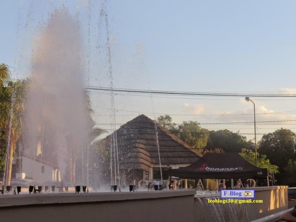 Aguas danzantes en la galería comercial de Merlo, San Luis
