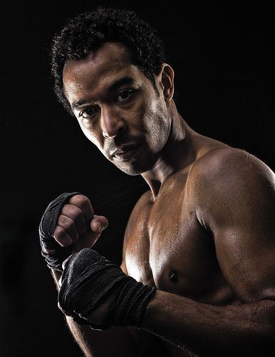 portrét černošského boxera na tmavém pozadí