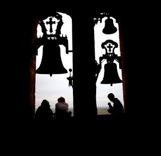Tras un paseo por la ciudad medieval llegamos  a la Iglesia de Santa María la Mayor donde  unas personas decoran un paso con la imagen  de la Virgen de los Dolores.