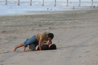 Νεαρό ζευγάρι φιλιέται στην παραλία με πάθος