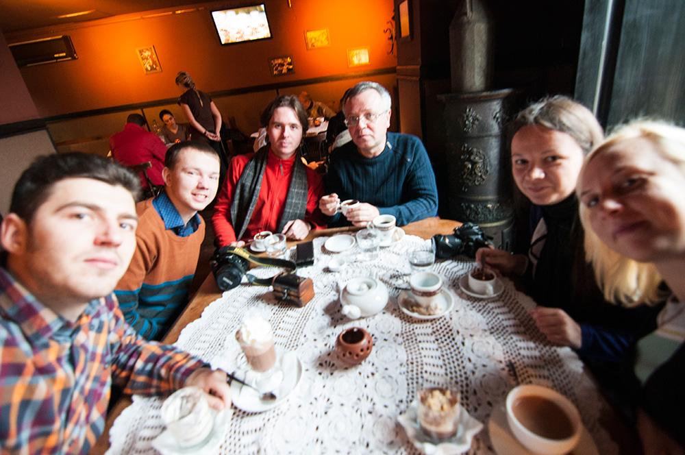 Сматреть страная груповушка в кафешке 19 фотография