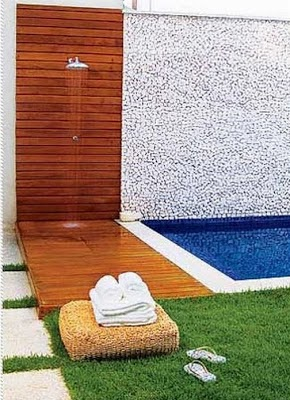 Duchas na rea externa larissa rodrigues for Ducha piscina pared