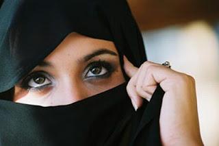 wanita muslim dengan kerudung