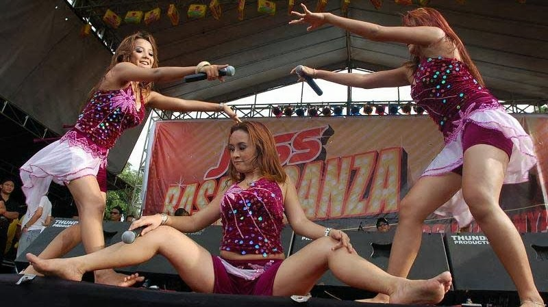 Trio Macan Hot Photo at Concert Stage