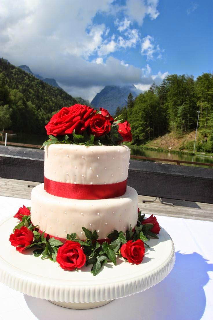 Hochzeitstorte mit echten roten Rosen