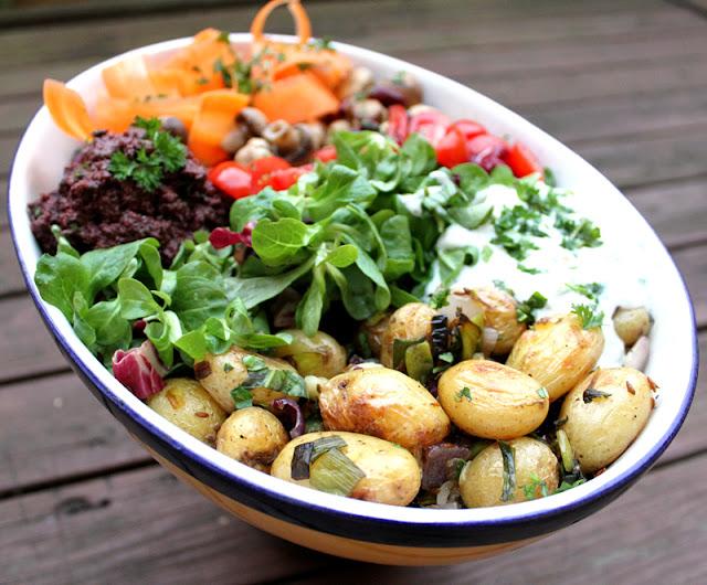 Oppskrift Middagsform Vegan Vegetar Middag Bakte Poteter Bønner Sopp Gulrotpasta Oliventapenade