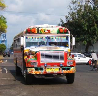 Diablo Rojo; ônibus que fazem o transporte público na cidade do Panamá