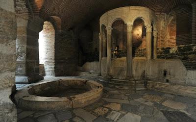 http://galazioneiro.blogspot.gr/, Άγιος Δημήτριος-Κάτω από τη βασιλική του Αγίου Δημητρίου βρίσκεται ο ιερότερος χώρος του ναού. Διατηρείται τμήμα από το ρωμαϊκό λουτρό στο οποίο μαρτύρησε ο Άγιος.