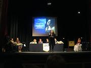 L'attrice Carlotta Vitale, in una performance, nell'atto della premiazione
