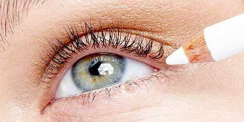 maquillarse los ojos con lapiz blanco