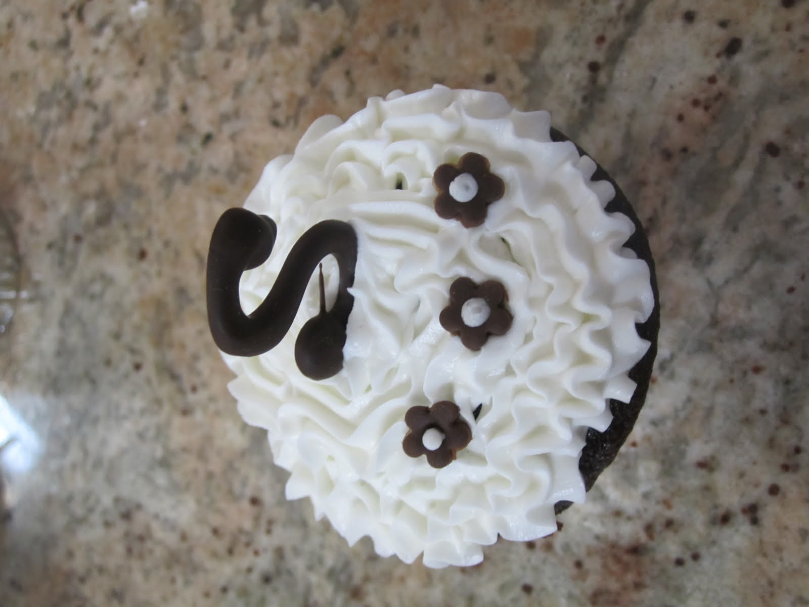 Images Of Cake With Letter S : WEISZ FANCY CAKES: cupcake with the letter S