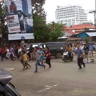 Warga Manado berlarian panik karena adanya isu tsunami, Rabu sore, 17 Januari.