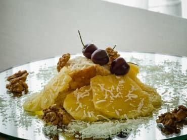 Imagem de um prato com o bolo especial e gostoso de abacaxi pronto para servir.