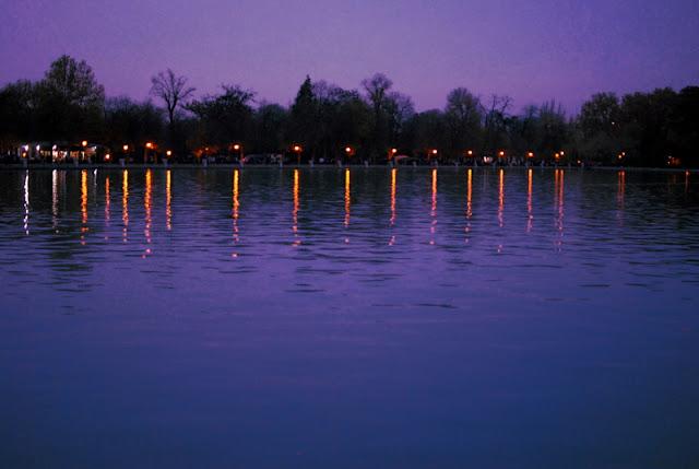 El lago del parque del retiro al anochecer