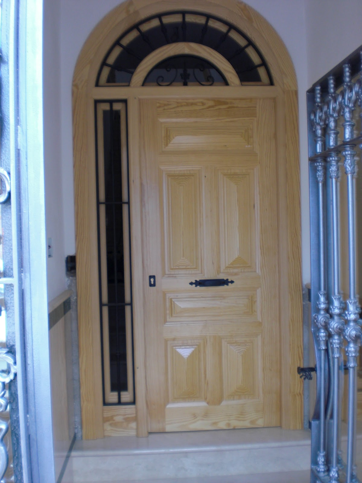 Fotos de puerta doble de entrada medio punto en madera quotes for Arcos de madera para puertas