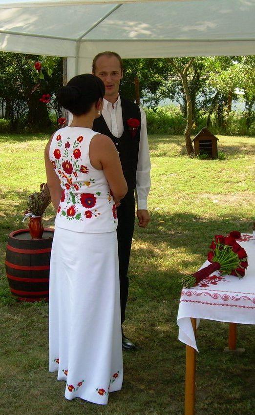 Régi magyar motívumaink  Matyó hímzéses menyasszonyi ruha 42e883c323