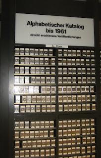 Zettelkatalog mit vielen Laden in einer Bibliothek