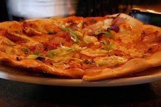 pizza aux poivrons, tomates, pignons de pin, raisins secs, basilic