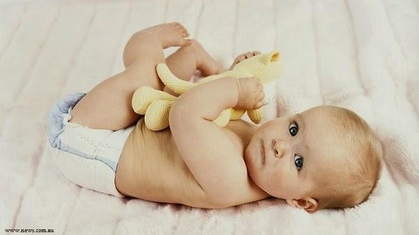 Adorable bébé qui joue