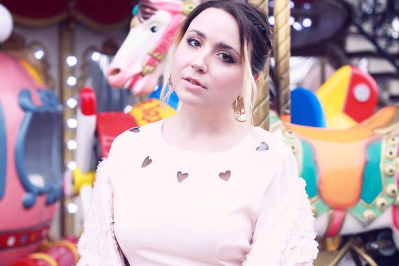 rose asos pastel coeur carousel shooting paris
