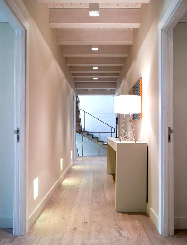 masía de piedra rehabilitada con buen gusto-pasillo de vivienda  con tarima de roble