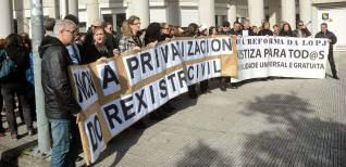 """Los funcionarios se concentraron contra la """"privatización"""" del Registro Civil y con una pancarta contra la reforma del Poder Judicial. // R. V."""