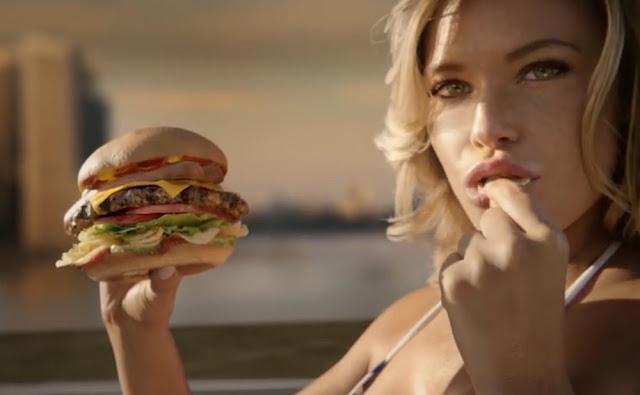Nur Samantha Hoopes in einem Stars and Stripes Bikini für einen Carl's Jr Werbeclip
